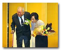 金子夫人に花束贈呈